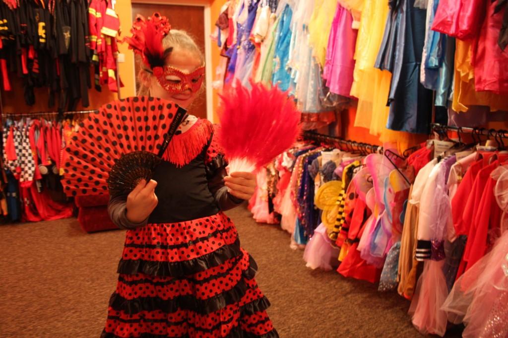 f6e22a8f843286 Szkolnej na wieszakach wisi pół tysiąca kostiumów dla dzieci. Są  inspirowane disneyowskimi baśniami suknie dla księżniczek, tiulowe  spódniczki Dzwoneczka i ...
