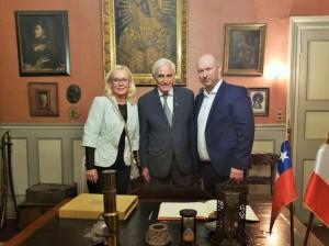 W stolicy Chile dyrektor zarządzający Sierra Gorda, Mirosław Kidoń (po prawej) spotkał się w Domu Ignacego Domeyki z jego najstarszym prawnukiem Pablo Domeyko (w środku)